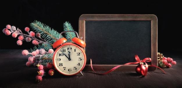 Natale con lavagna decorata e orologio