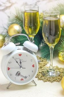 Natale con orologio rosso bianco, sfere dorate dell'albero di natale