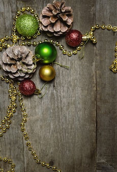 Natale con palle di natale rosse e dorate e coni di abete