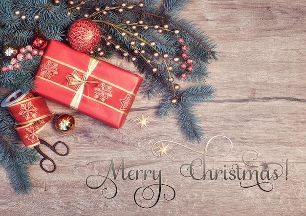 Natale con ramoscelli di abete decorato e confezione regalo, testo