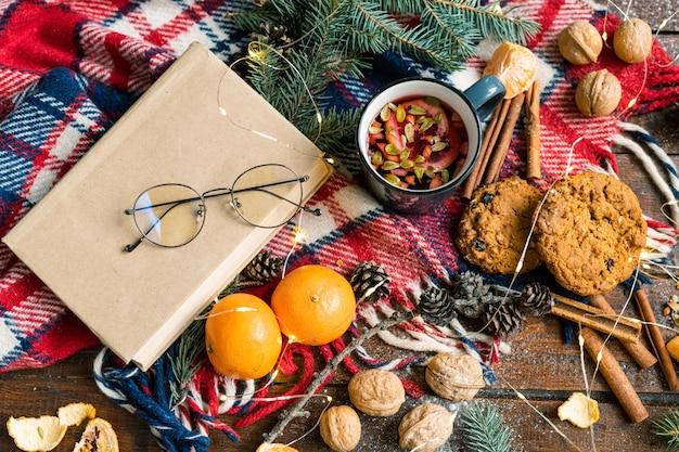 Natale con set di oggetti, simboli e cibi e bevande tradizionali sulla tavola di legno