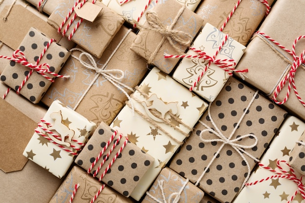 Natale con tante scatole regalo avvolte in carta kraft marrone.