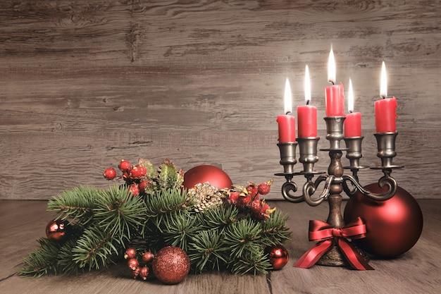 Natale d'annata con le candele e le decorazioni, copyspace del testo