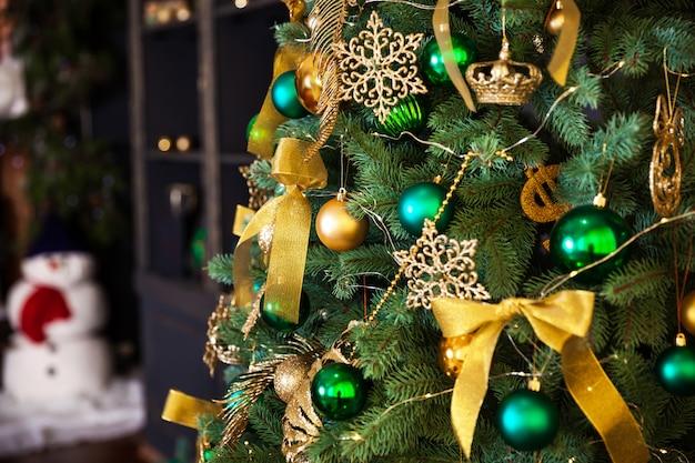 Natale decorato a casa. albero di natale. luci di natale. interni di capodanno