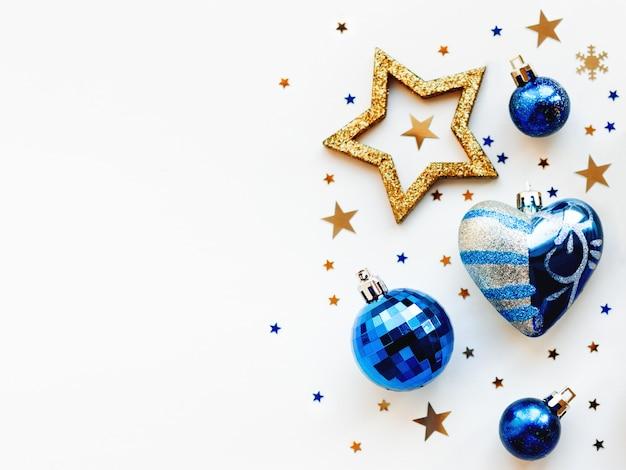 Natale e 2020 con decorazioni, a forma di cerchio. palline d'oro e blu, stelle, coriandoli e cuore.