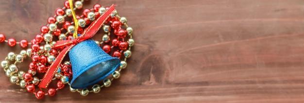 Natale e buon anno ferie e concetto della copertura. vista superiore dell'ornamento blu e degli accessori di natale della campana e sulla vecchia plancia di legno con lo spazio della copia.