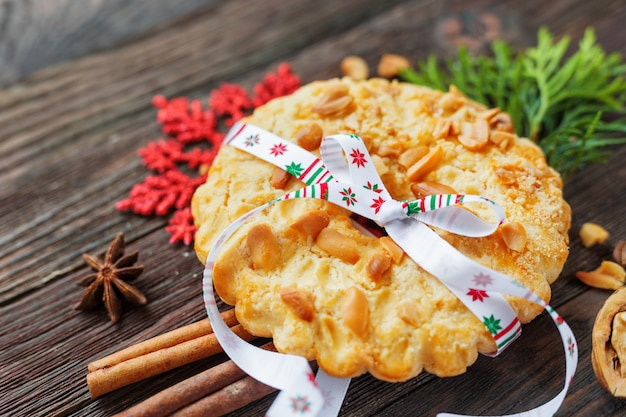 Natale e capodanno 2017 con crostata di arachidi e decorazioni fiocco di neve, nastro, spezie. .