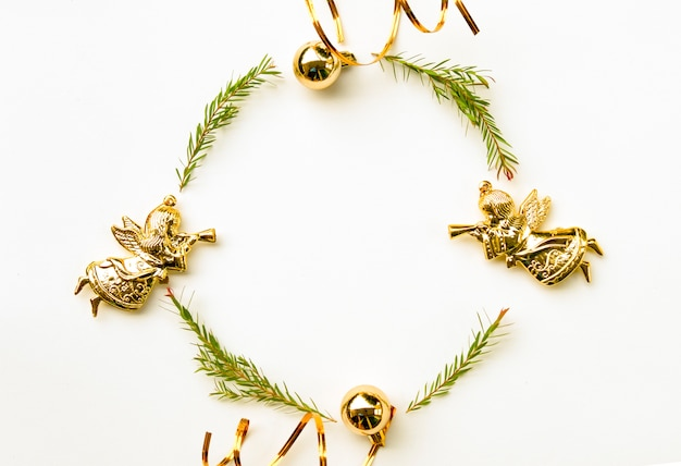 Natale e felice anno nuovo composizione. corona di foglie di abete verde