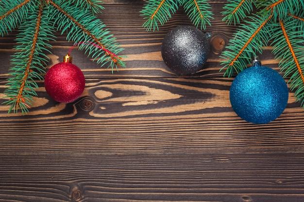 Natale, rami di pino con decorazione