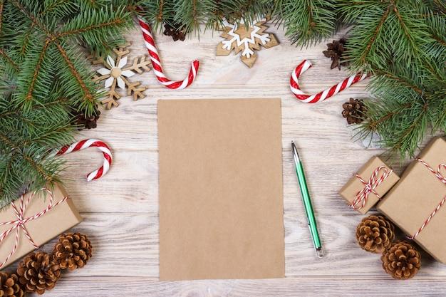 Natale . scatole regalo, bastoncino di zucchero, fiocchi di neve e lettera vista dall'alto