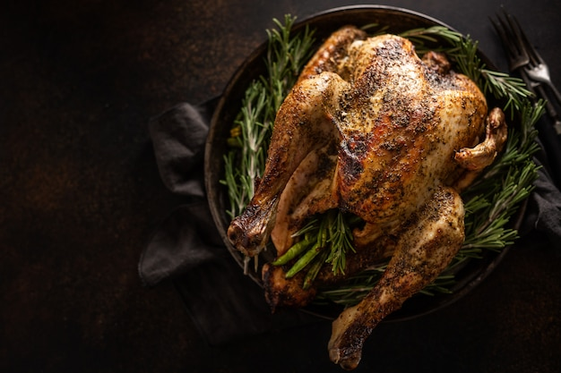 Natale turchia con rosmarino sul piatto