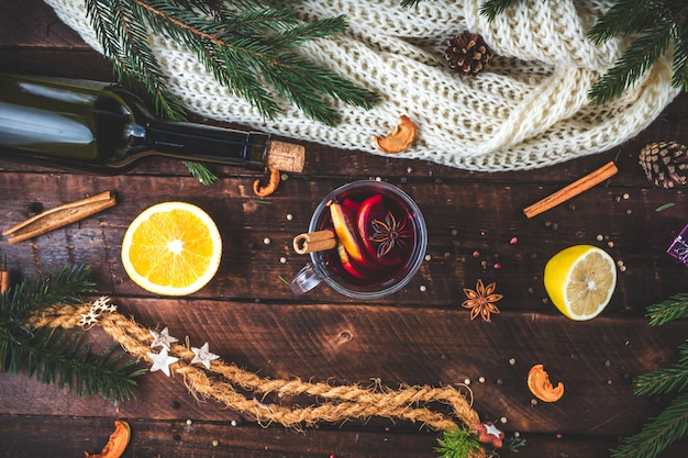 Natale, vin brulè caldo in un bicchiere con spezie e agrumi. un'accogliente serata invernale. bevande invernali. vista piana, vista dall'alto.