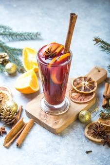 Natale vin brulè con deliziose feste come le feste con arancia cannella spezie all'anice stellato.