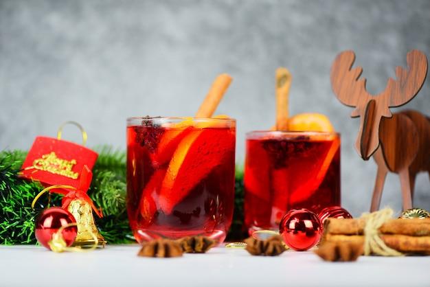Natale vin brulè con deliziose feste come le feste con arancia cannella spezie all'anice stellato