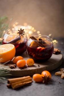 Natale vin brulé in cerchio bicchieri deliziose vacanze come feste con spezie all'anice stellato cannella. bevanda calda tradizionale in bicchieri a cerchio o bevanda, cocktail festivo a natale o capodanno