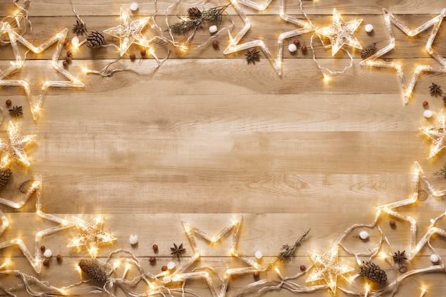 Natale vintage. sfondo, cornice da un arredamento natalizio con una ghirlanda illuminata, fondo in legno.