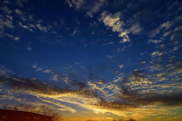Natura del cielo sul tramonto sopra le nuvole con luce drammatica