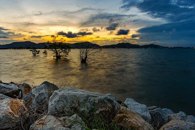 Natura del paesaggio di vista sul mare con colore del cielo nella penombra