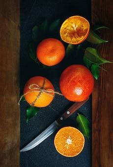 Natura morta con arance succose mature