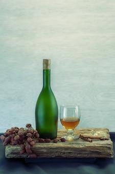 Natura morta con bicchiere di vino di bottiglia