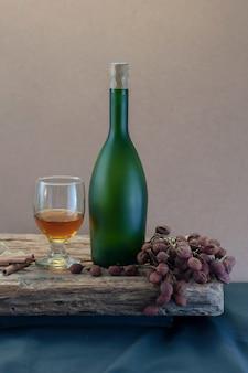 Natura morta con bicchieri bianchi e bottiglia