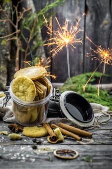 Natura morta con biscotti e stelle filanti su legno