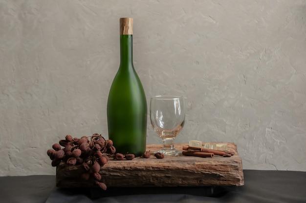 Natura morta con bottiglia di bicchiere di vino bianco