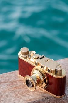 Natura morta con fotocamera vintage