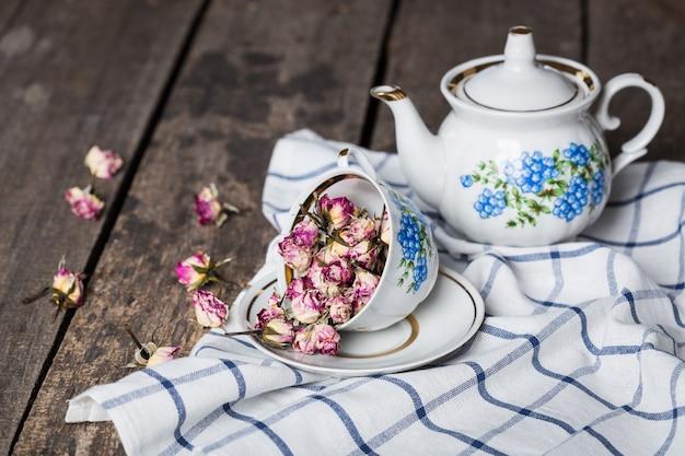 Natura morta con la tazza e la tovaglia di tè sulla tavola di legno