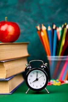 Natura morta con libri di scuola, ritorno a scuola.