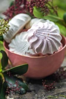 Natura morta con marshmallow nella ciotola
