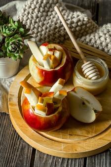 Natura morta con mele su legno. mele tagliate a listarelle.