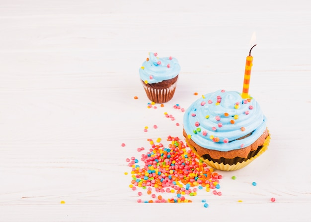 Natura morta con muffin di compleanno