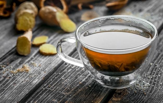 Natura morta con tazza di tè trasparente su legno