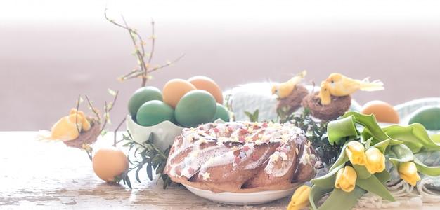 Natura morta con torta pasquale e uova colorate