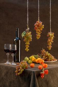 Natura morta con uva matura contro e vino