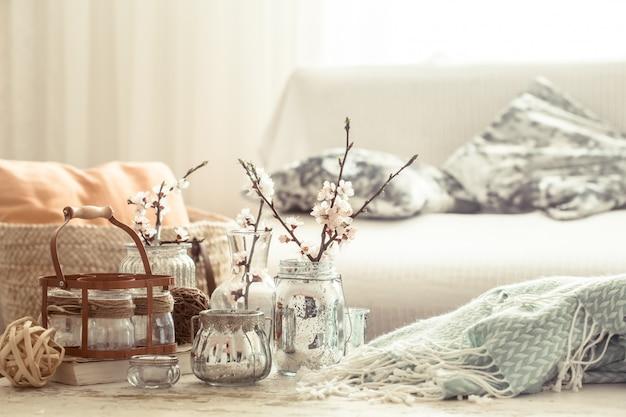 Natura morta con vasi con fiori primaverili nel soggiorno