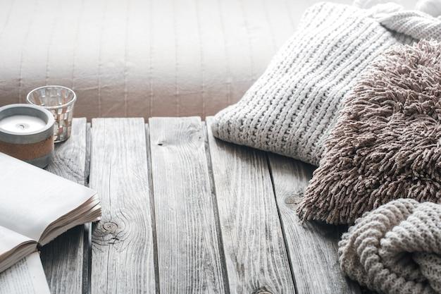 Natura morta da interni domestici su uno sfondo di legno con una candela