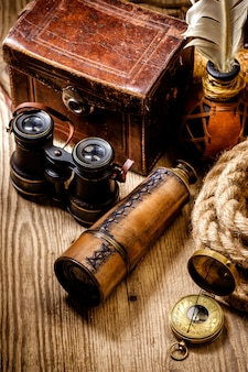 Natura morta del grunge dell'annata. oggetti antichi sul tavolo di legno