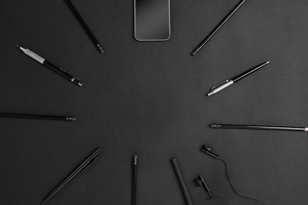 Natura morta del marchio nero. cose nere su sfondo nero