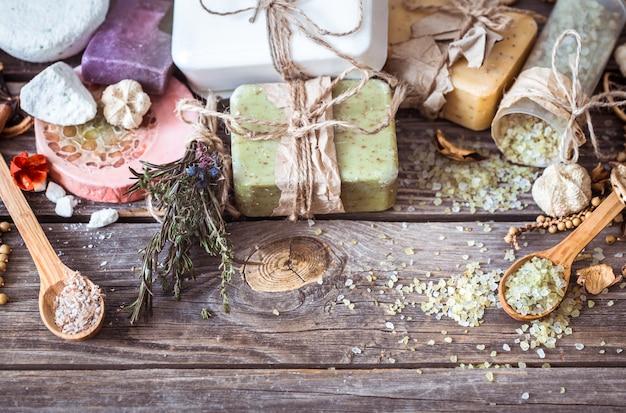 Natura morta della stazione termale su una tavola di legno