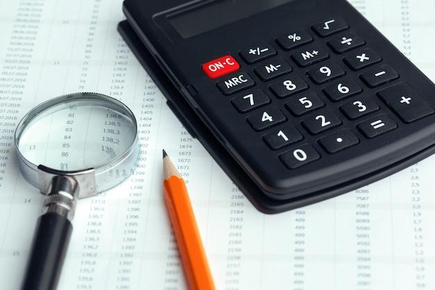 Natura morta di affari con il calcolatore sulla tavola in ufficio.