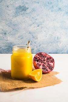 Natura morta di delizioso frullato all'arancia