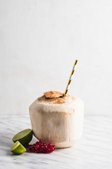 Natura morta di frullato di cocco sano