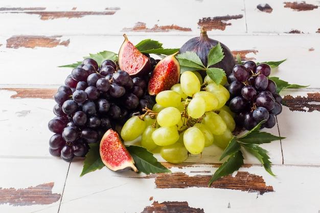 Natura morta di frutta fresca d'autunno. uva nera e verde