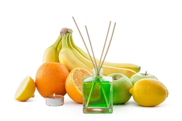 Natura morta di frutti tropicali, olii essenziali e diffusore di aromi.