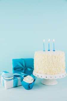 Natura morta di gustosa torta di compleanno con regali