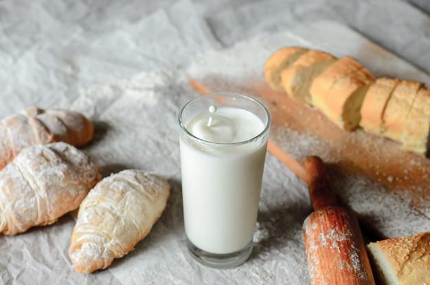 Natura morta di latte e prodotti a base di pane.