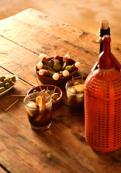 Natura morta di snack tipici spagnoli e italiani