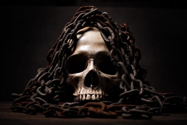 Natura morta di teschio umano morto per lunghi periodi, concetto di film horror o thriller di scena del crimine spaventoso, tema di halloween, arte visiva